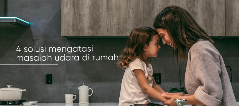 anak dan ibu bercakap di dapur